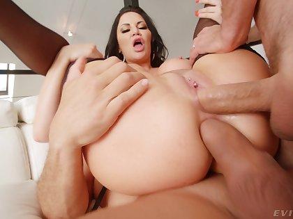 Mature ponrstar Jasmine Jae needs two dicks in her to make her happy