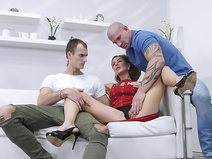 Stud pleases married woman back a better dick