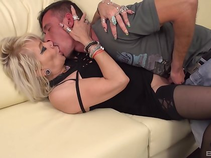 Auntie goes potent mode on the young dick after she feels it abiding in her mouth