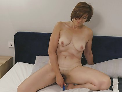 Amateur homemade solo video of chubby Eleanor masturbating on the verge